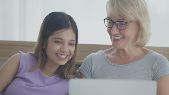 法律の母と娘は、話のための生活と寝室に滞在し、ビデオ通話のためにラップトップを使用しました - 義母点の映像素材/bロール