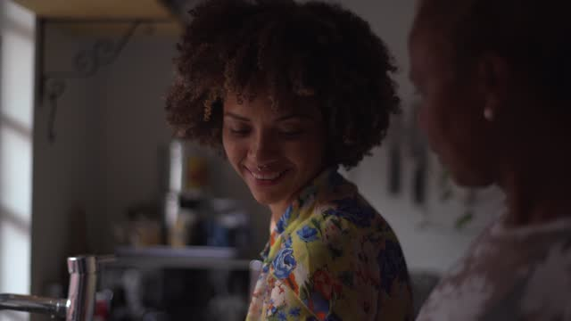 vídeos de stock, filmes e b-roll de mãe e filha na cozinha cozinhando e lavando pratos em casa - lavando louça