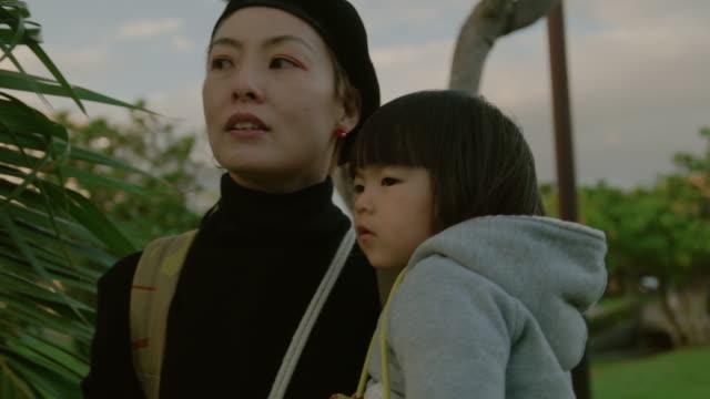 母と娘の公園です。 - daughter点の映像素材/bロール
