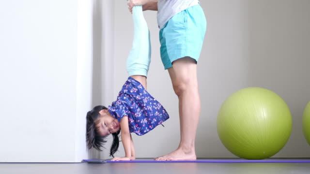 Mutter und Tochter trainieren gemeinsam
