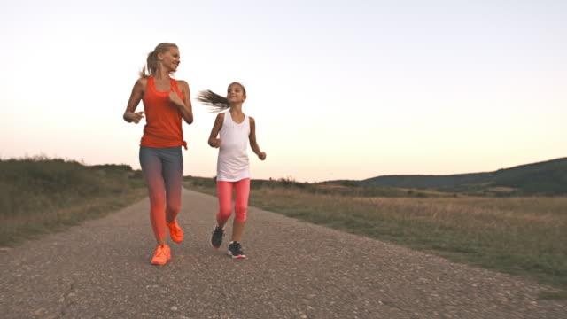 Mère et fille de jogging à l'extérieur