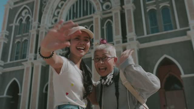 母と娘はちょうどさようならストックビデオを言う - 年配の女性点の映像素材/bロール