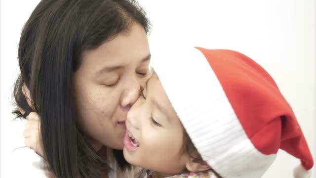 vidéos et rushes de mère et fille baiser ensemble - éternité