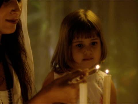 vidéos et rushes de cu zo r/f mother and daughter (2-3) lighting shabbat candles / beit yitzhak, israel - judaism