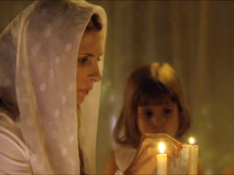 cu zo zi r/f mother and daughter (2-3) lighting shabbat candles / beit yitzhak, israel - augen zuhalten stock-videos und b-roll-filmmaterial