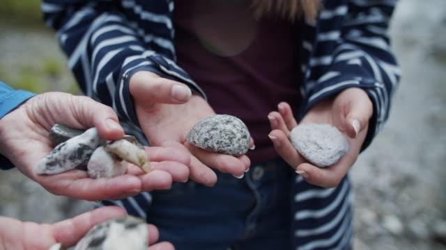 石を見ている母と娘 - 石点の映像素材/bロール