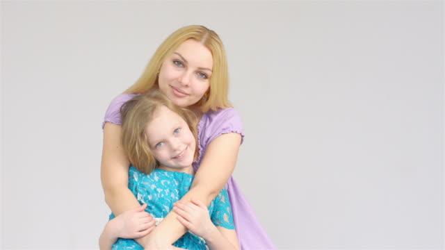 madre e figlia guardando verso la telecamera - capelli biondi video stock e b–roll