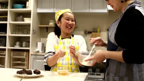 vídeos de stock, filmes e b-roll de mother and daughter making miso dumpling in cooking class - cozinha doméstica