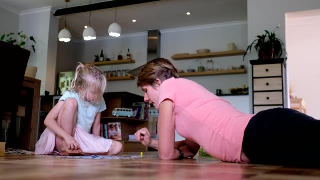 一緒にゲームをしている母と娘 - 余暇 ゲームナイト点の映像素材/bロール