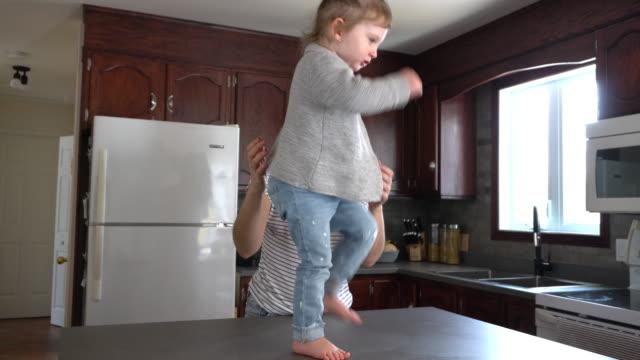 vídeos de stock, filmes e b-roll de mãe e filha brincando em casa - 2 3 anos