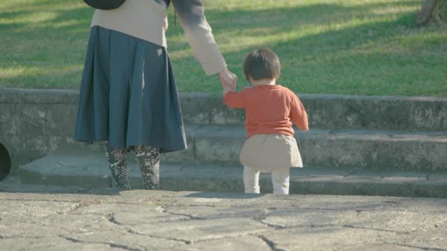 母と娘の公園で遊ぶます。