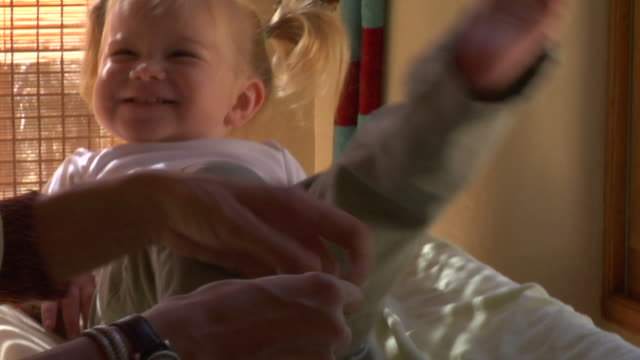vidéos et rushes de cu, mother and daughter (12-17 months) playing on bed, close up of girl - 12 17 mois