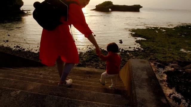 vídeos y material grabado en eventos de stock de madre e hija jugando. - exclusivamente japonés