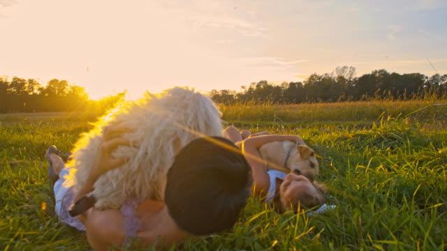 SLO MO Madre e figlia, giocando con i cani