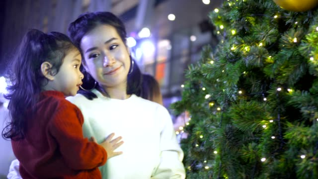 vídeos de stock e filmes b-roll de mother and daughter playing with light in festive christmas - pessoas serenas