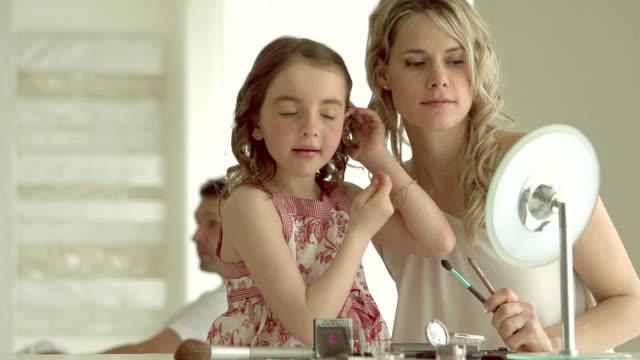 Ralenti-mère et fille faisant le maquillage