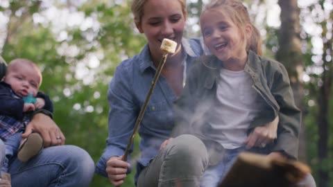 mor och dotter rostning en marshmallow - vedbrasa bildbanksvideor och videomaterial från bakom kulisserna
