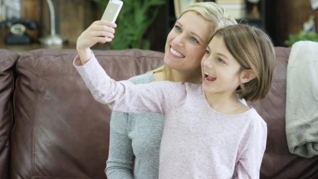 mutter und tochter selfie - kind im grundschulalter stock-videos und b-roll-filmmaterial