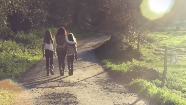vidéos et rushes de mother and daughter sharing road in a beautiful sunny day - passer le bras autour