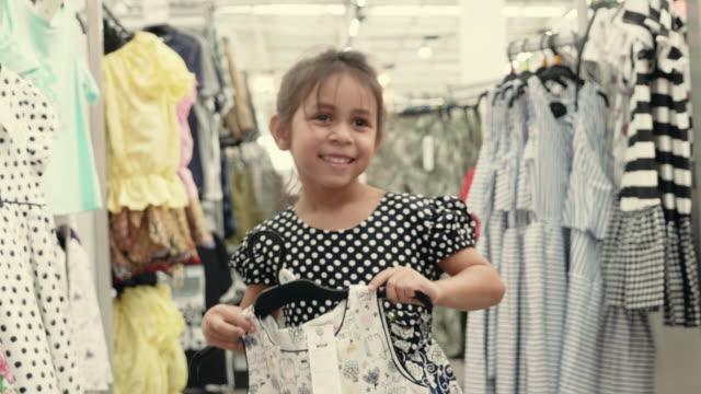 vídeos de stock e filmes b-roll de mother and daughter shopping for clothes - cabine de loja