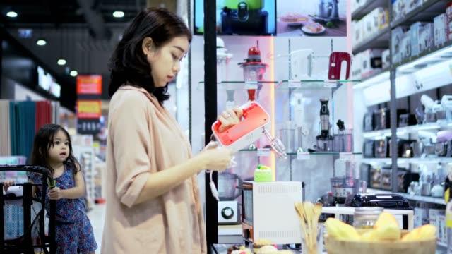 vídeos de stock, filmes e b-roll de mãe e filha de compras em loja de eletrônicos - loja de produtos eletrônicos