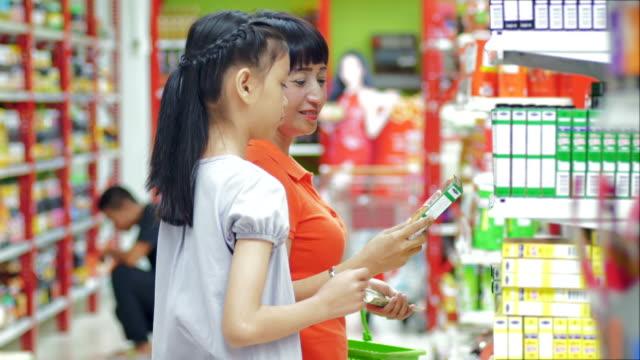 vídeos de stock, filmes e b-roll de mãe e filha de compras no supermercado - etiqueta mensagem