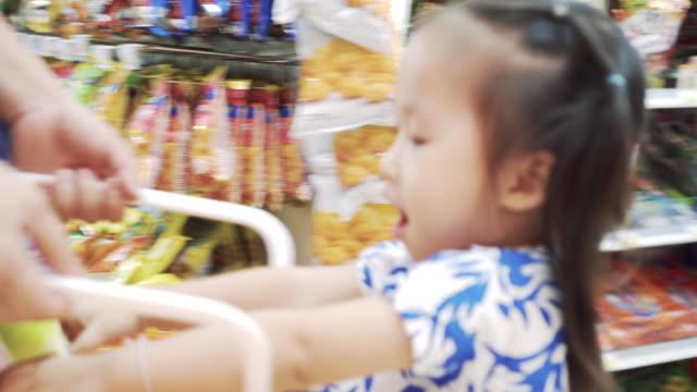母と娘のショッピングのスーパーマーケット - おやつ点の映像素材/bロール