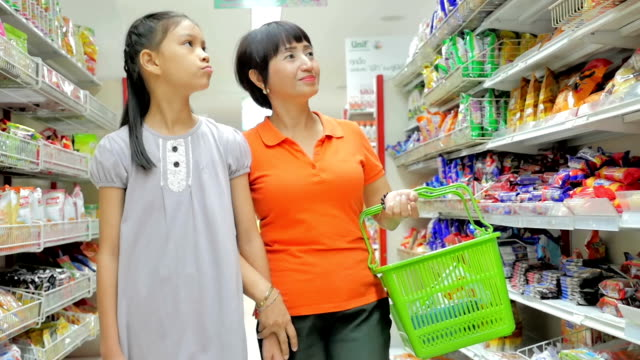"""vídeos de stock, filmes e b-roll de mãe e filha compras no supermercado, câmera lenta """" - etiqueta mensagem"""