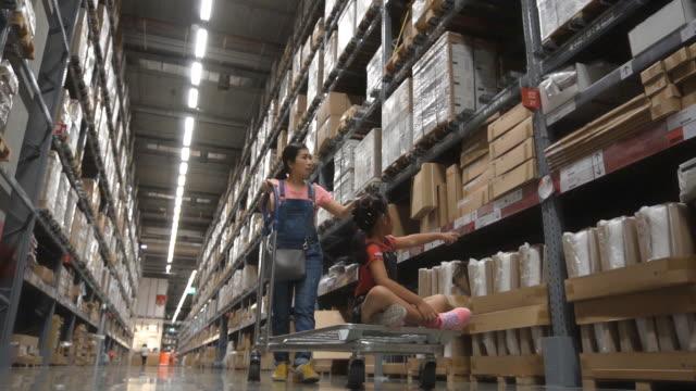 vídeos de stock e filmes b-roll de slo mo mother and daughter shopping in warehouse - escolha