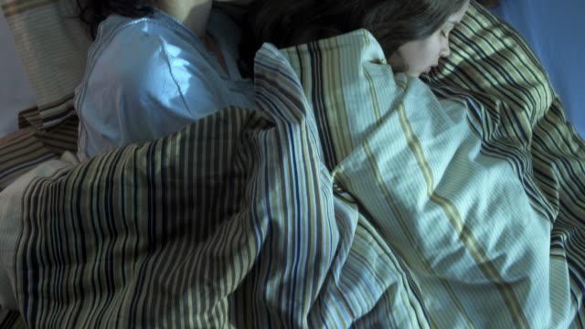 stockvideo's en b-roll-footage met hd crane: mother and daughter sleeping together - dochter