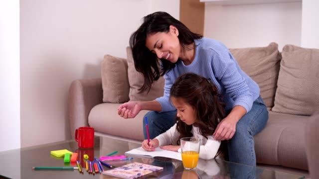母と娘の自宅のリラックスした日を過ごして - 美術工芸品点の映像素材/bロール