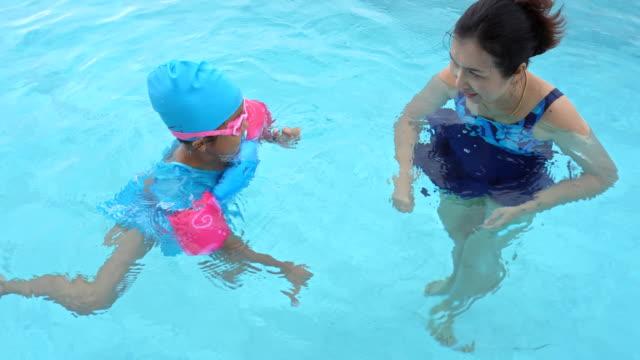 vídeos de stock, filmes e b-roll de natação da matriz e da filha na associação. - boia equipamento marítimo de segurança