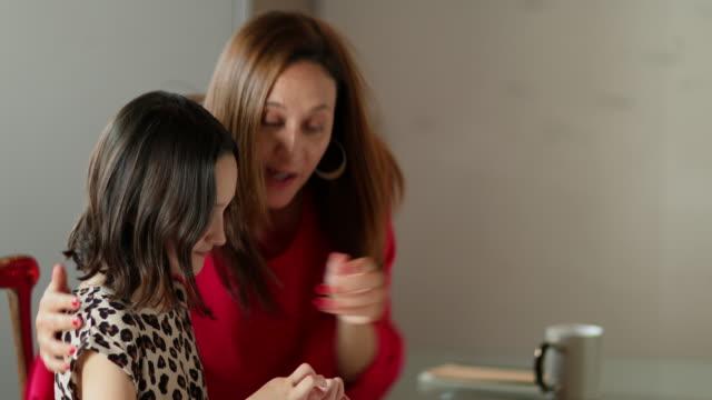 vidéos et rushes de mother and daughter taking selfie - photophone