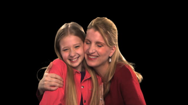 vídeos de stock, filmes e b-roll de mother and daughter - this clip has an embedded alpha-channel - codificável