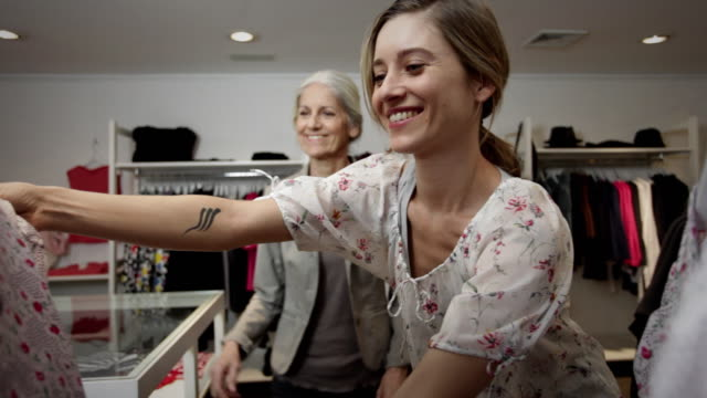 vídeos y material grabado en eventos de stock de ms mother and daughter together shopping for new outfits / new york city, new york, usa - desire
