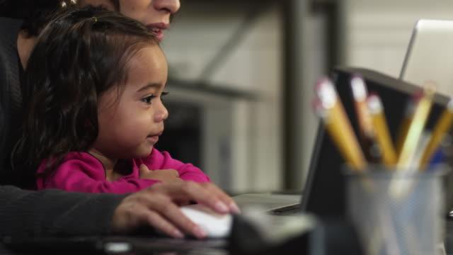 vidéos et rushes de cu pan tu td r/f mother and daughter (2-3) using computer in home / orem, utah, usa - orem