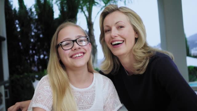 stockvideo's en b-roll-footage met mother and daughter - 12 13 jaar