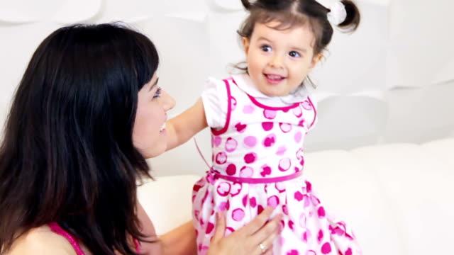 母と娘 - 人間の舌点の映像素材/bロール