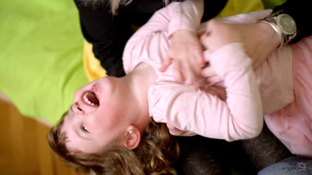 madre e figlia  - fare il solletico video stock e b–roll