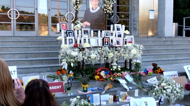 los angeles california september 25 2020 a mother and daughter walk past the justice ruth bader ginsburg memorial at the skirball cultural center in... - kampf der geschlechter konzept stock-videos und b-roll-filmmaterial