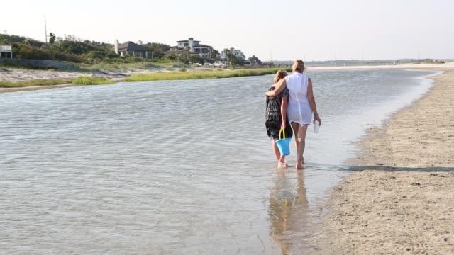 mother and daughter walking at low tide - 12 13 år bildbanksvideor och videomaterial från bakom kulisserna