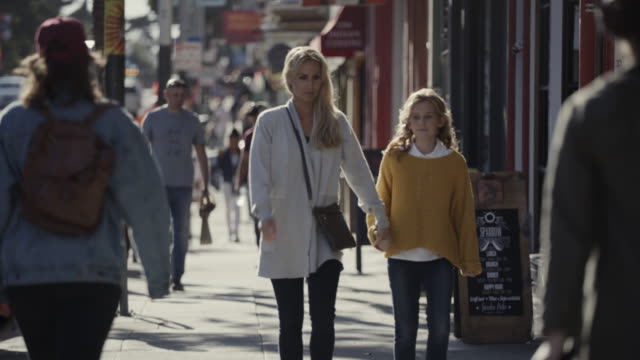 mother and daughter walking on sidewalk then entering store / san francisco, california, united states - gemeinsam gehen stock-videos und b-roll-filmmaterial