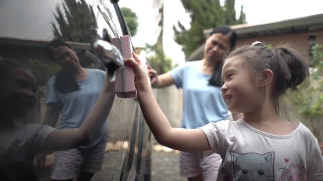 mor och dotter tvättbil - biltvätt bildbanksvideor och videomaterial från bakom kulisserna