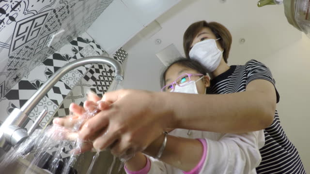 vídeos de stock e filmes b-roll de mother and daughter washing hands - higiene pessoal