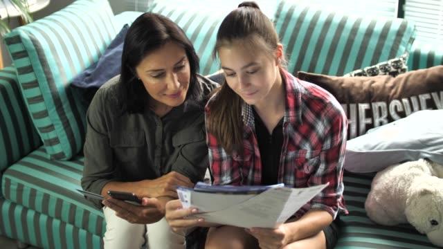 vídeos de stock, filmes e b-roll de mãe e filha trabalhar na lei de finanças pessoais em casa - batendo com a cabeça na parede
