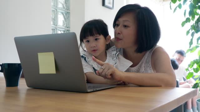 vidéos et rushes de mère et descendant travaillant ensemble à la maison - working girl