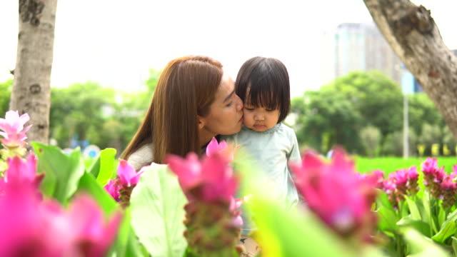 vídeos y material grabado en eventos de stock de madre e hijades jardinero de patio de regreso - formal garden