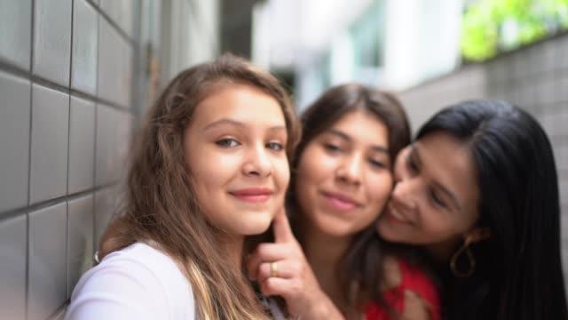 母と娘の selfies を自宅撮影 - 10歳から11歳点の映像素材/bロール