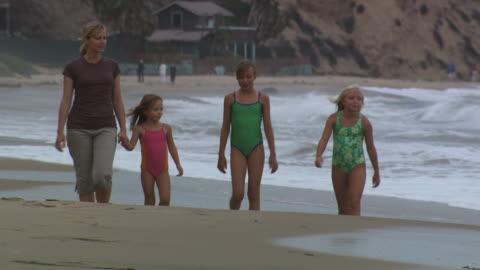 vídeos y material grabado en eventos de stock de mother and daughters walking on the beach - vea otros clips de este rodaje 1156