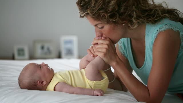 vídeos de stock e filmes b-roll de mother and her 2 month old son - 2 5 meses